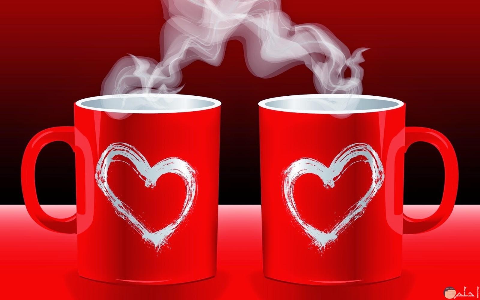 كوبان باللون الأحمر و مرسوم عليهما قلب.