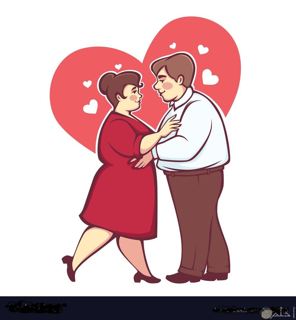 رجل و سيدة كبار يقفان في حب.