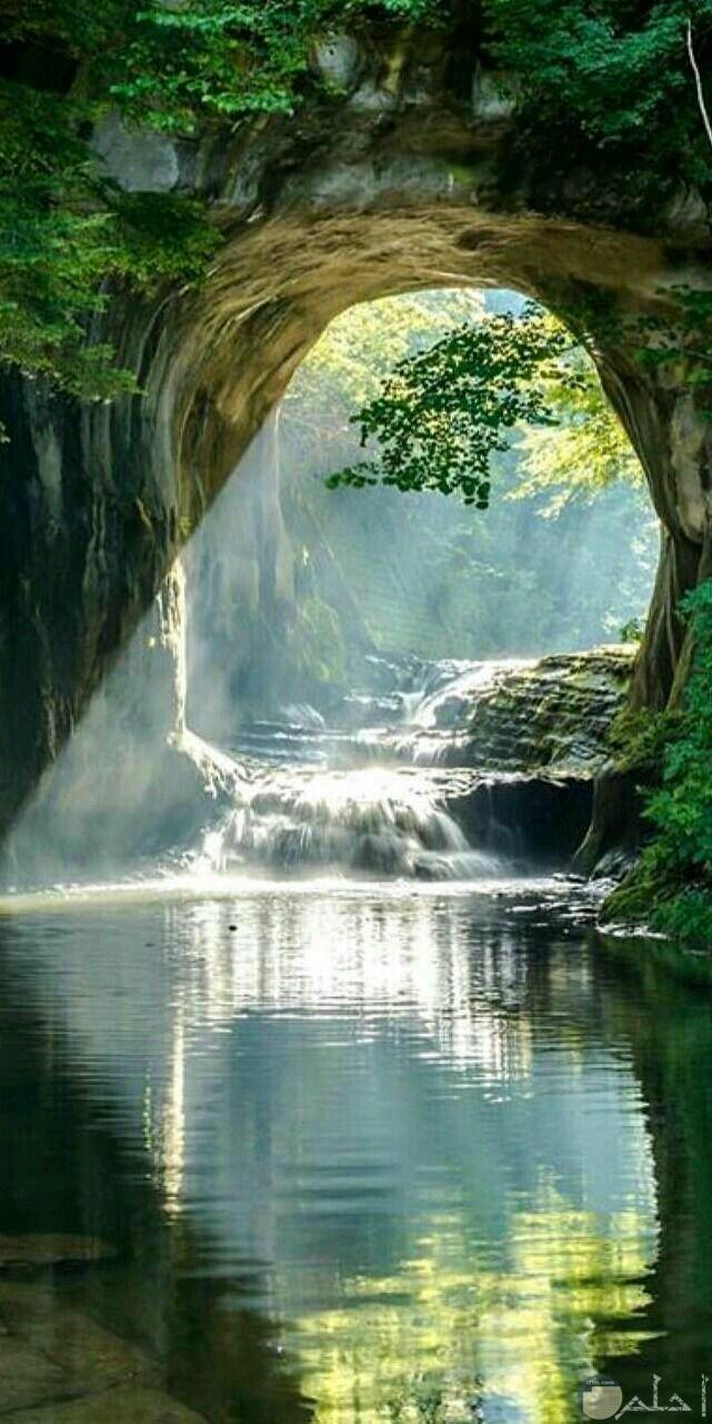 كهف في جبل يمر به نهر روعة.
