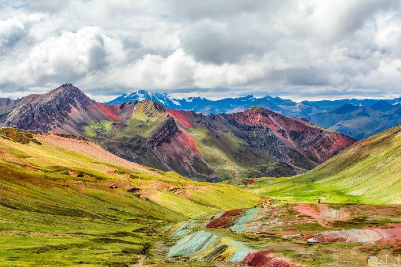 منظر طبيعي روعة للجبال الملونة.