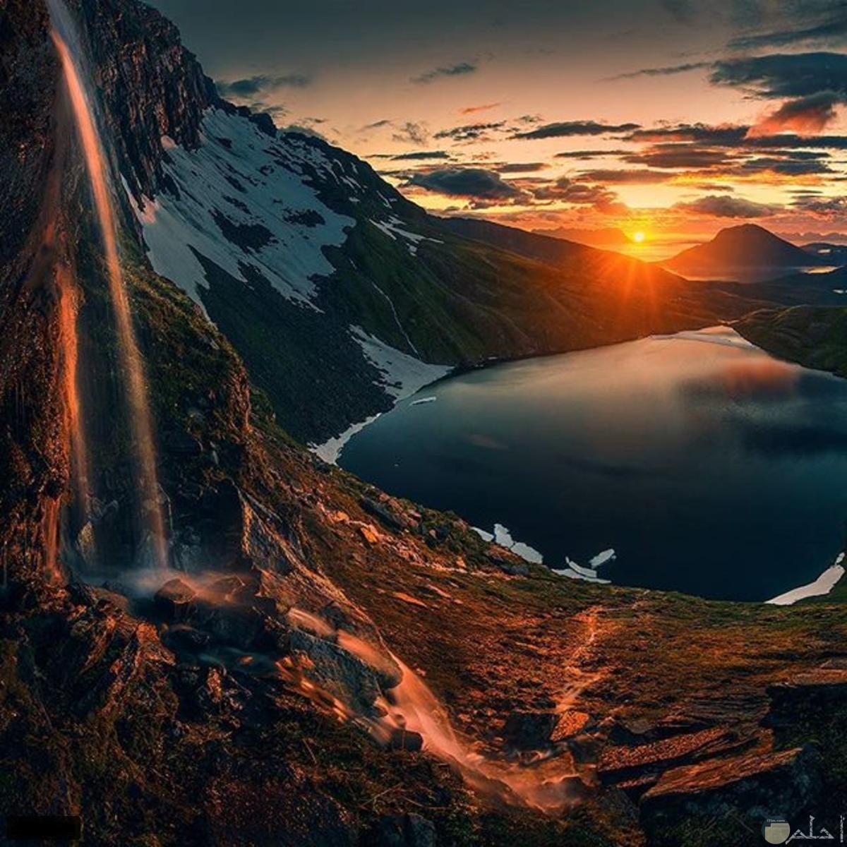 غروب الشمس وراء الجبال.