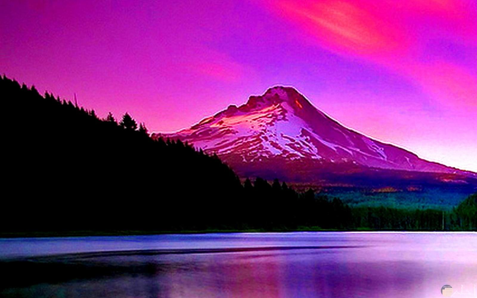 منظر الغروب من وراء الجبال بنفسجى اللون.