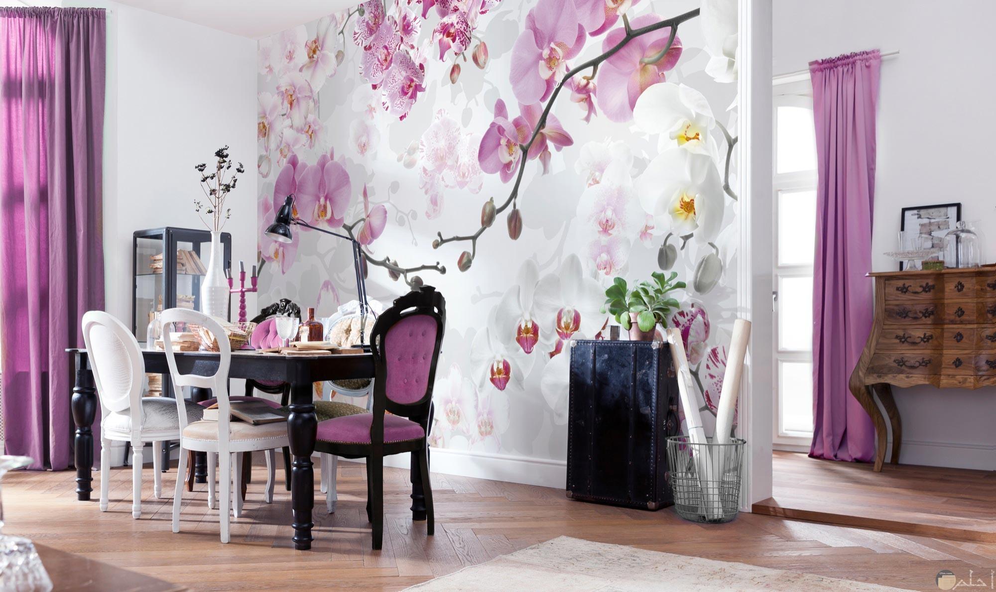 زهور وردية على حائط منزل جميلة جدا
