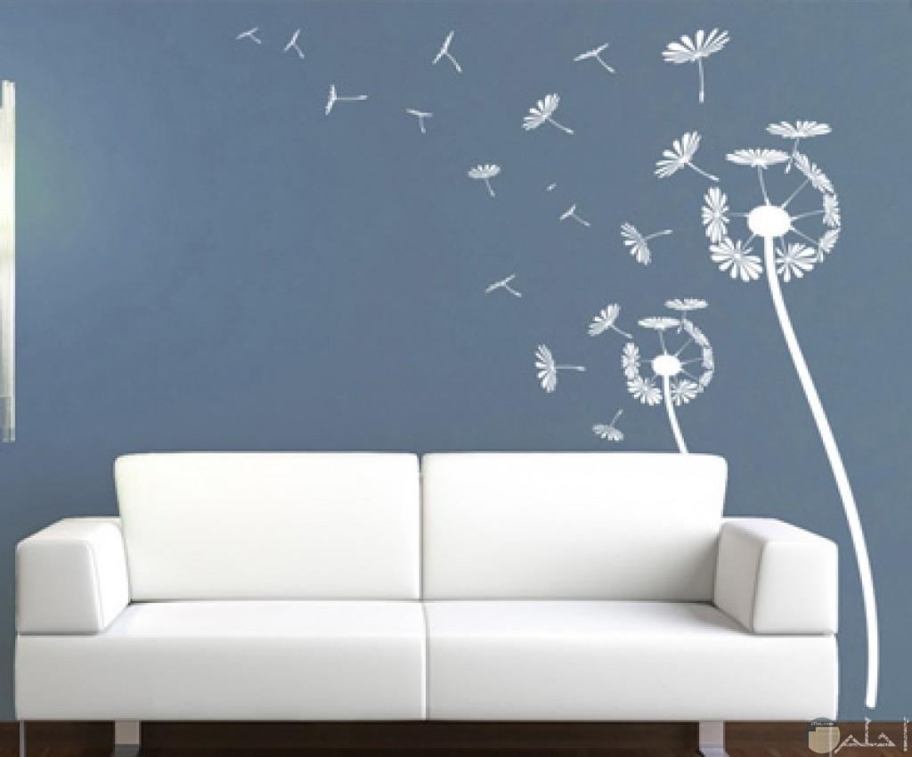 صورة بها رسومات على الحائط لونها ابيض على شكل زهور الفل