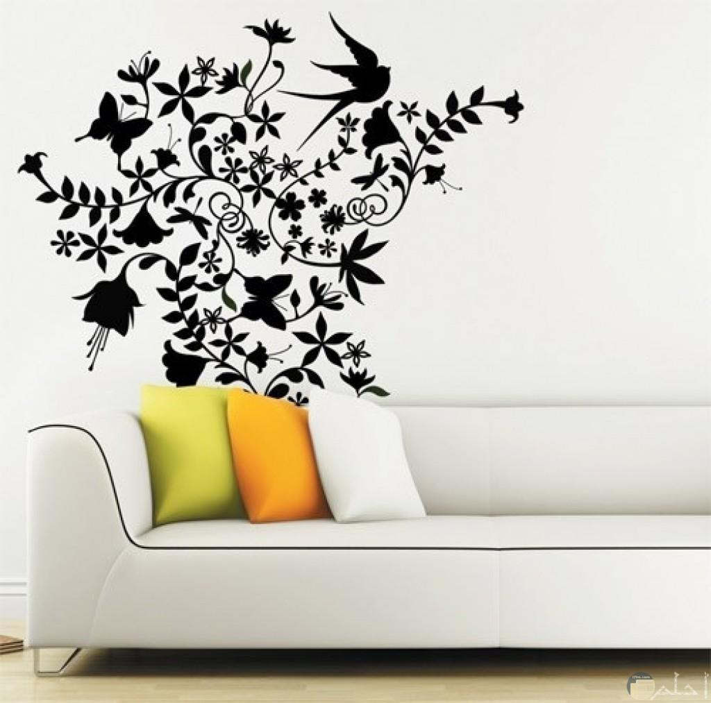 رسومات سوداء على حائط ابيض