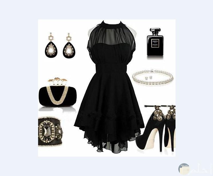 فستان قصير أسود مع الإكسسوار المناسب له.