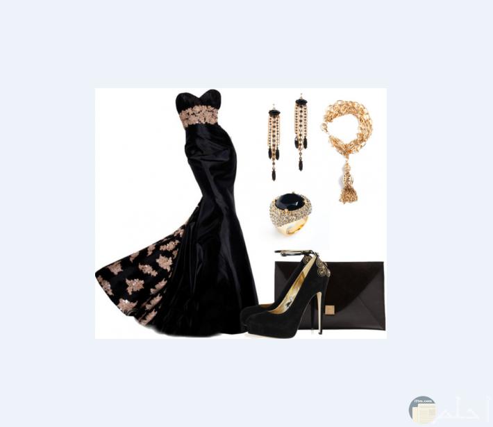 فستان أسود طويل فخم و راقي جداً مع الاكسسوار.