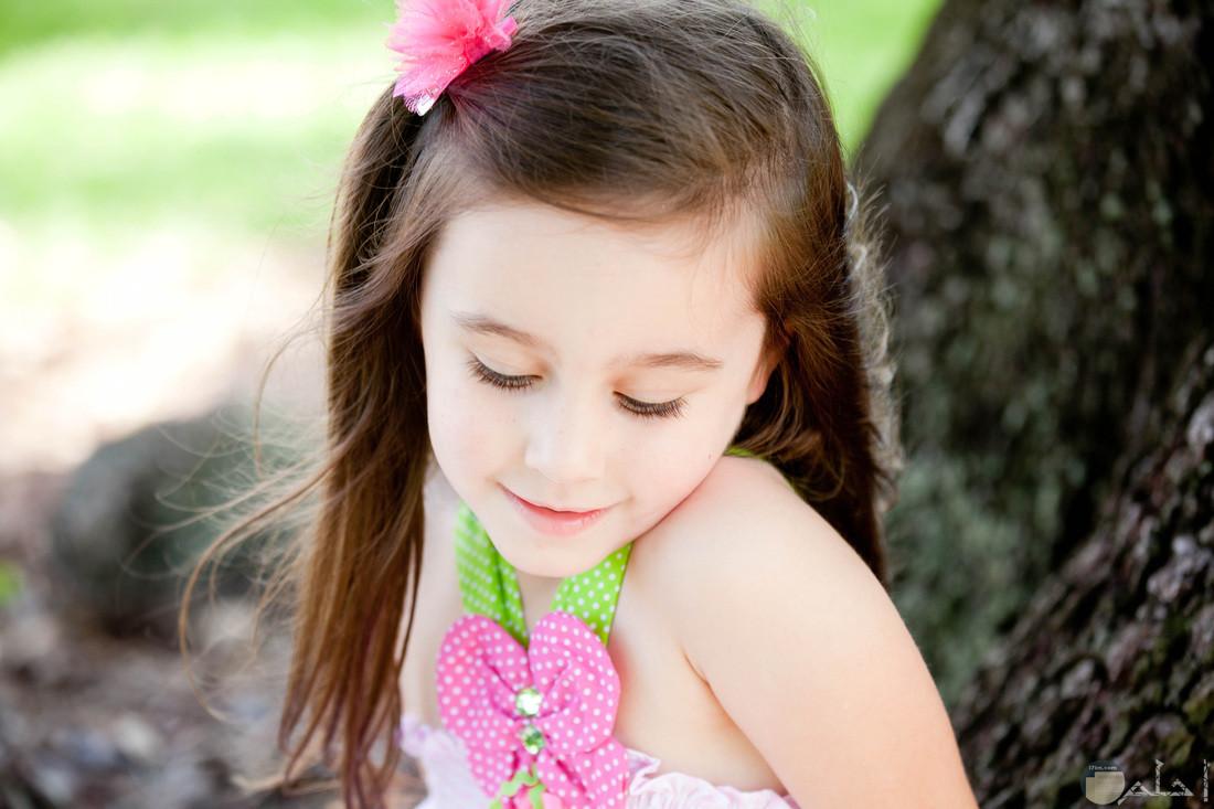 بنت صغيرة رقيقة.