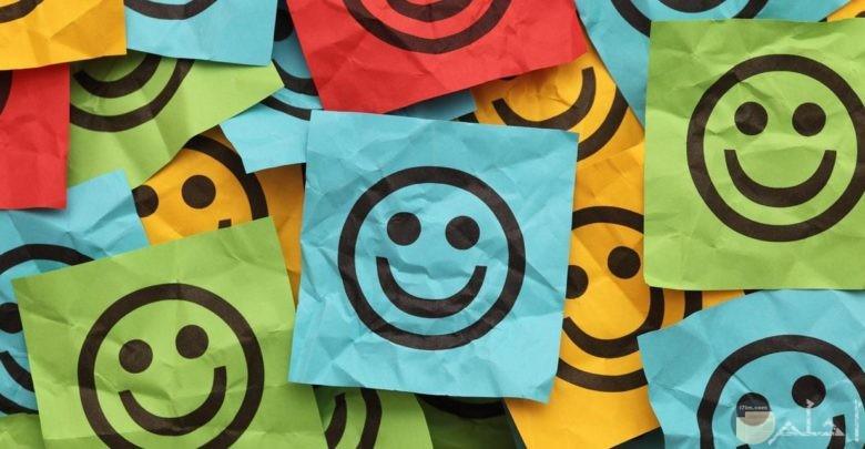 أوراق ملونة مرسوم عليها اموشن الابتسامة.