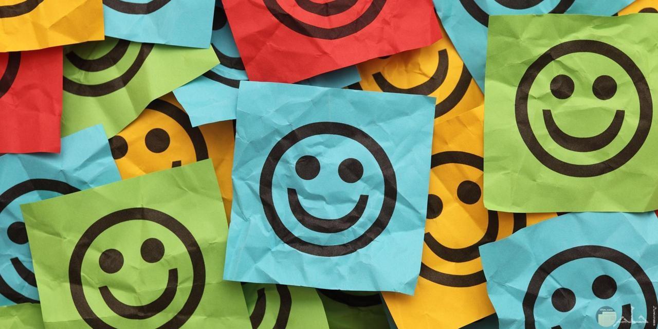 أوراق ملونة مرسوم عليها ايموشن الابتسامة.