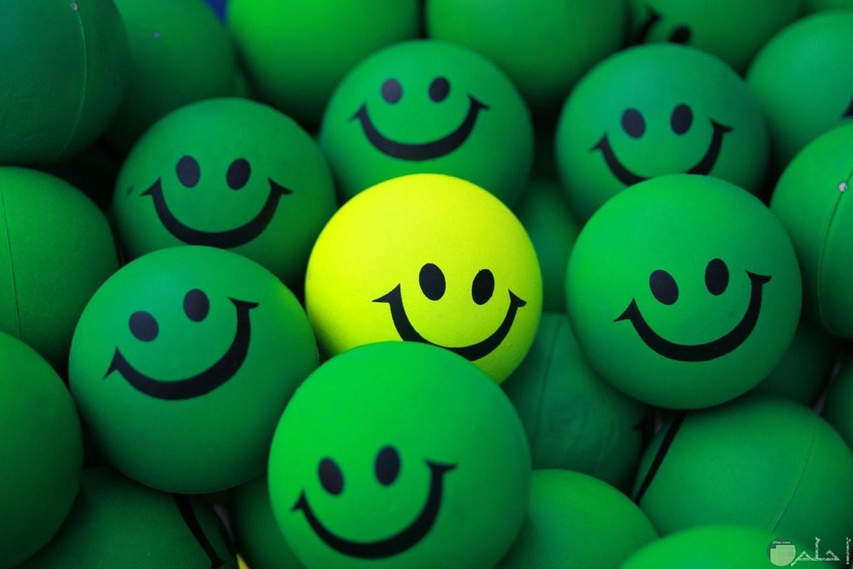 اموشن ابتسامة أخضر و أصفر.