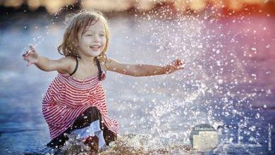 فتاة تلعب في الماء.