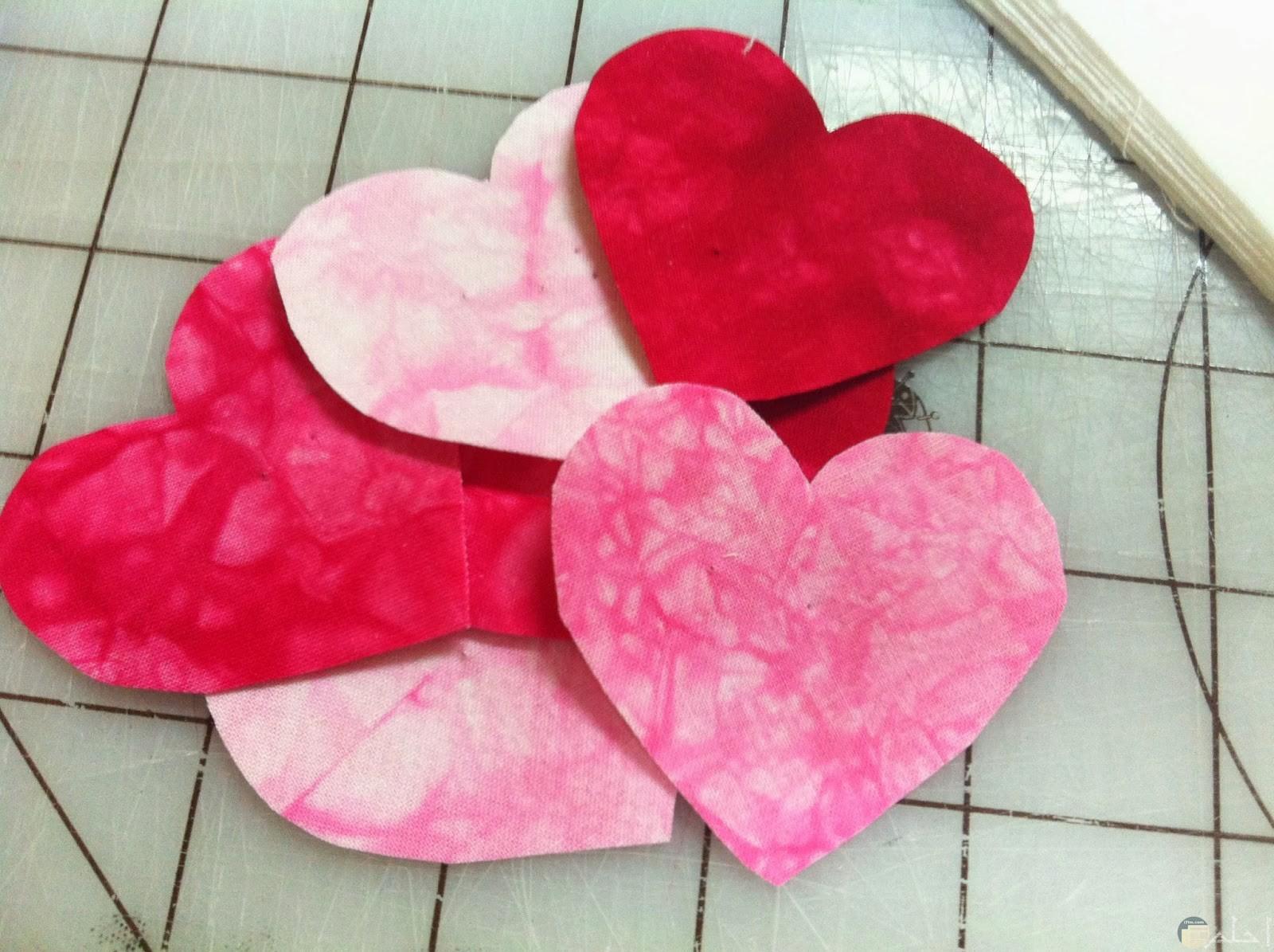 قلوب كثيرة بدرجات الوردي.