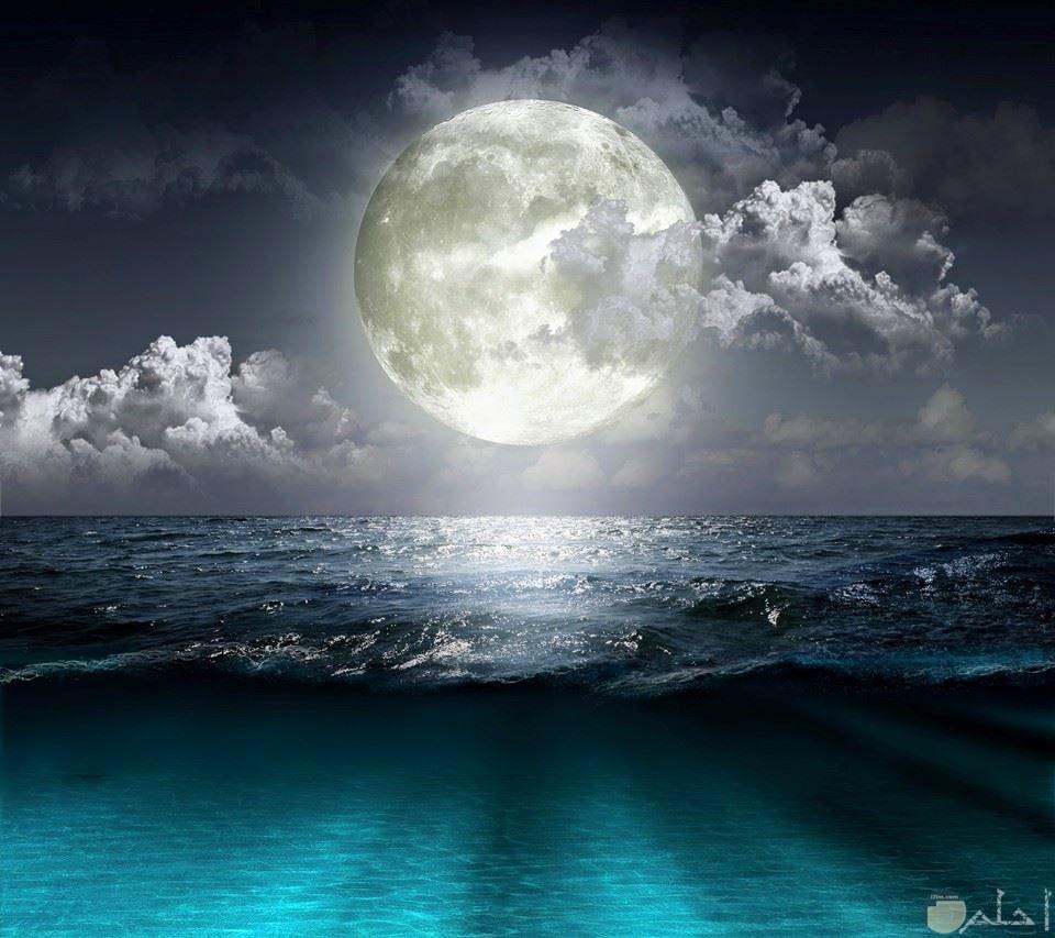 القمر البدر مع البحر الهاءئ.
