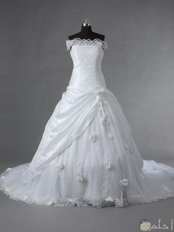 فستان زفاف موديل مميز.
