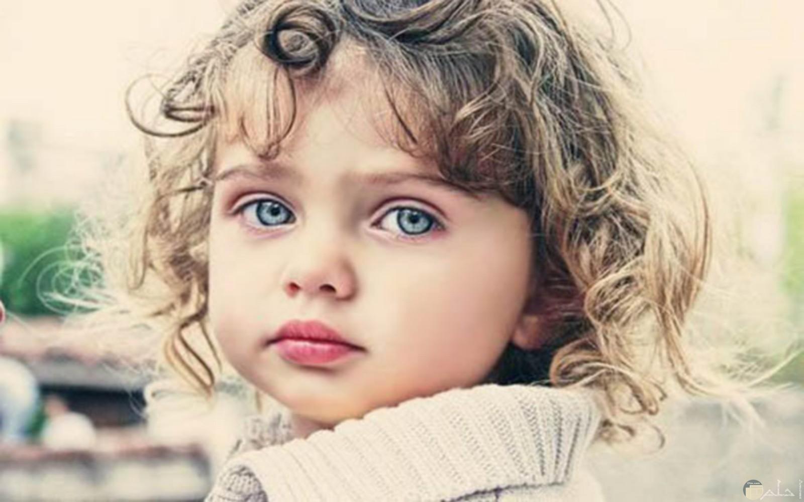 تأمل طفلة.