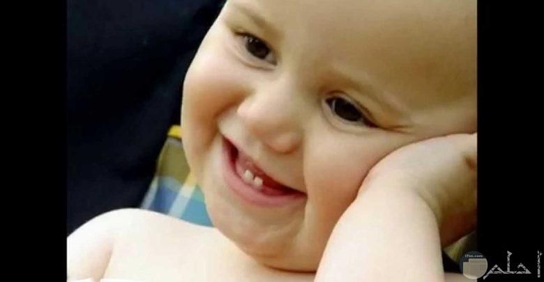 ابتسامة طفل جميلة.