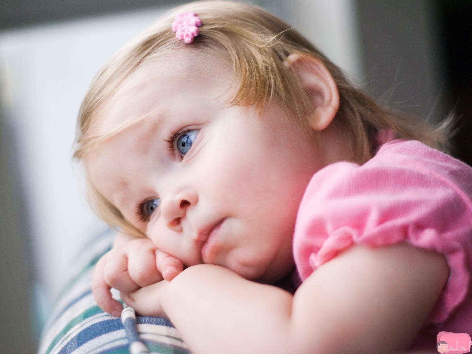 انتظار الطفلة قدوم والدها.