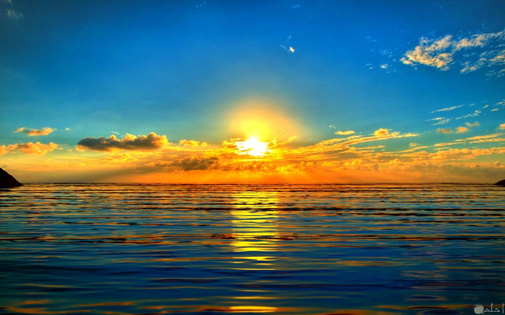 شروق الشمس و البحر يداعبها.