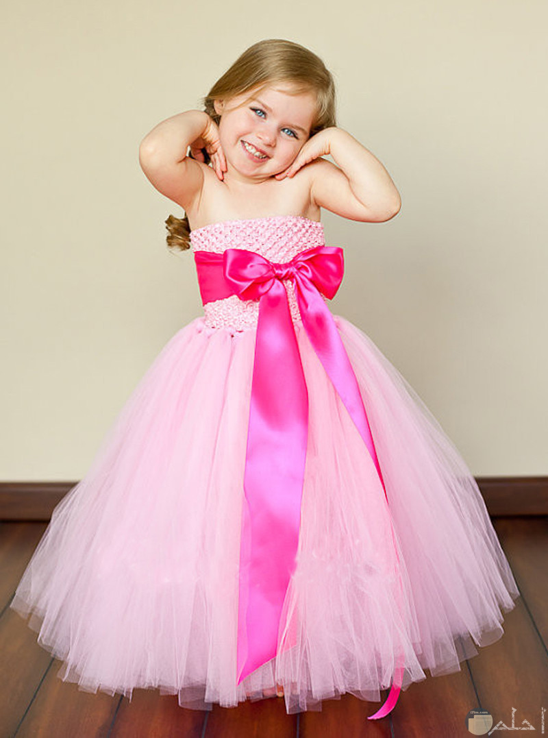بنوته صغيرة ترتدى فستان سوارية روز