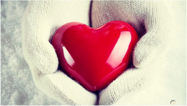 قلب احمر يحملة يد بجونتى ابيض