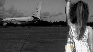 طفلة تودع مسافر