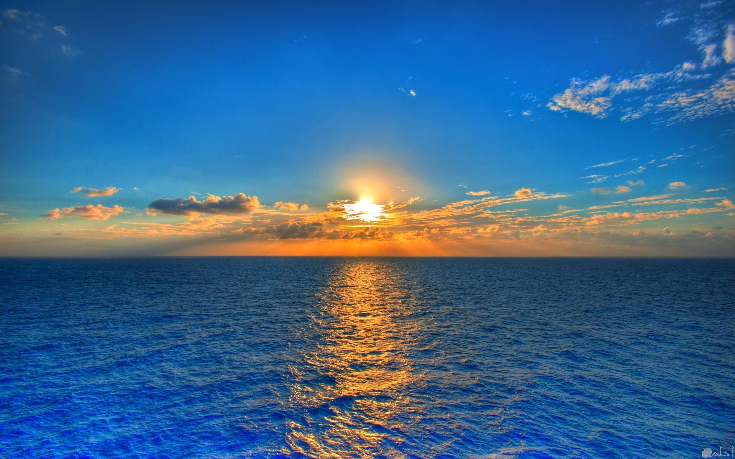 بزوغ الشمس على سطح البحر.