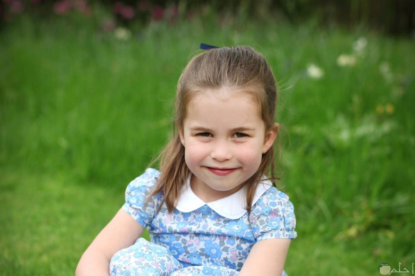 ابتسامة طفلة هادئة.