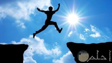 شاب يقفز من حافة جبل لحافة أخرى بكل ثقة.