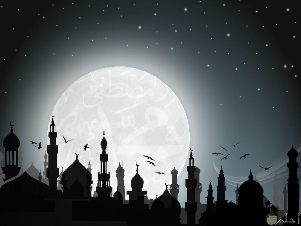 المساجد ليلاً مع القمر.
