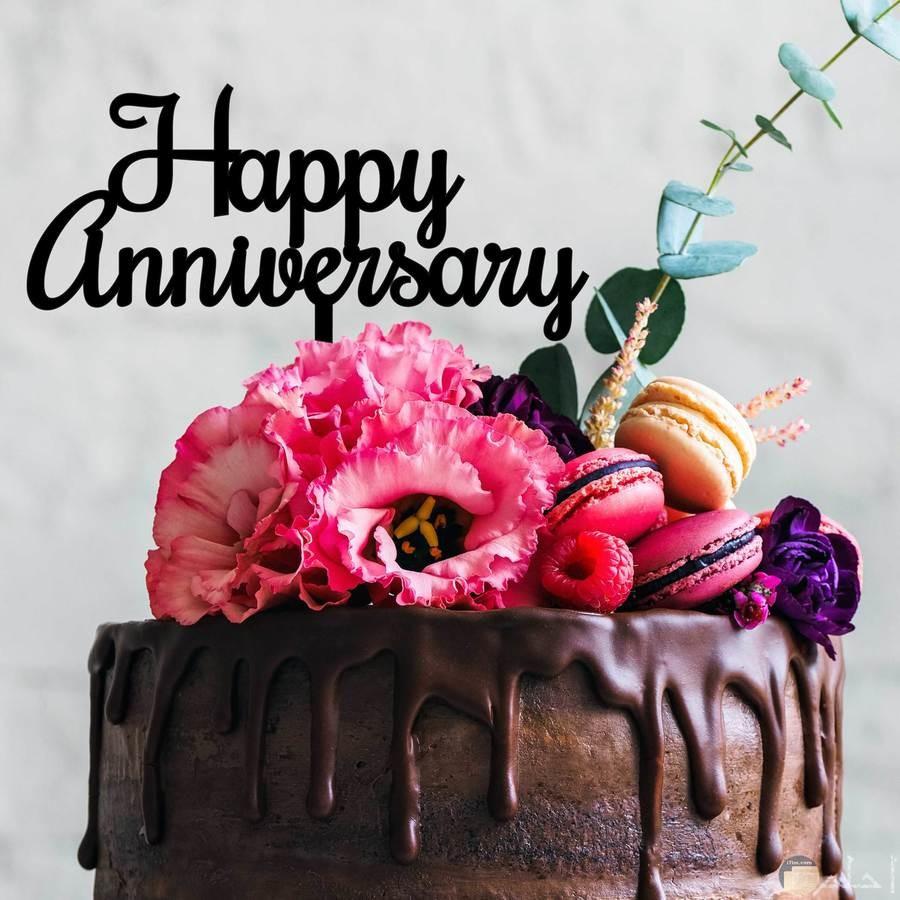 صورة تورتة و مكتوب فيها happy anniversary cake