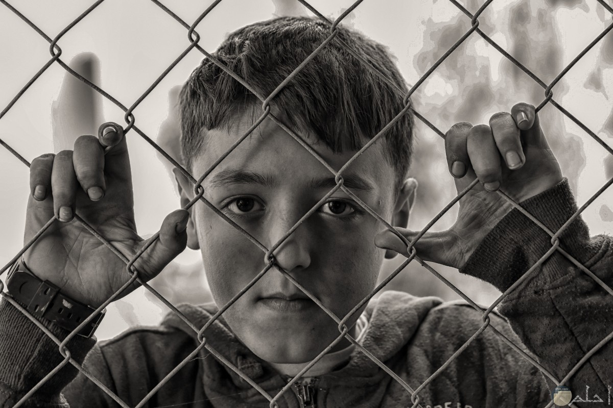 شاب صغير حزين من العائق.