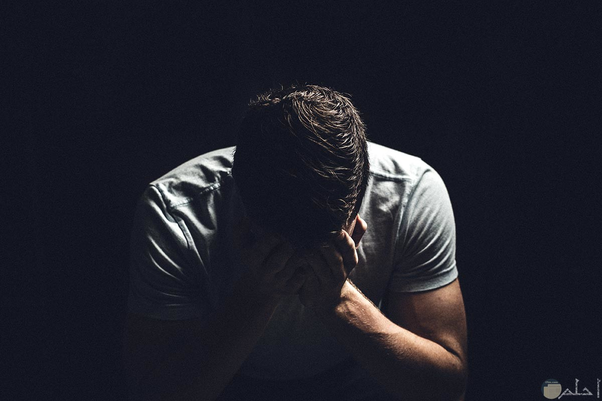 شاب إلتزم الصمت من حزنه.