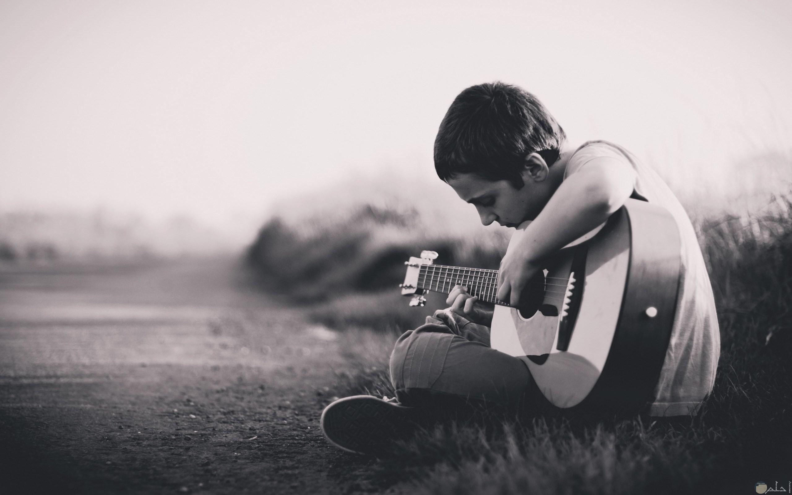 شاب حزين يعرف موسيقى.