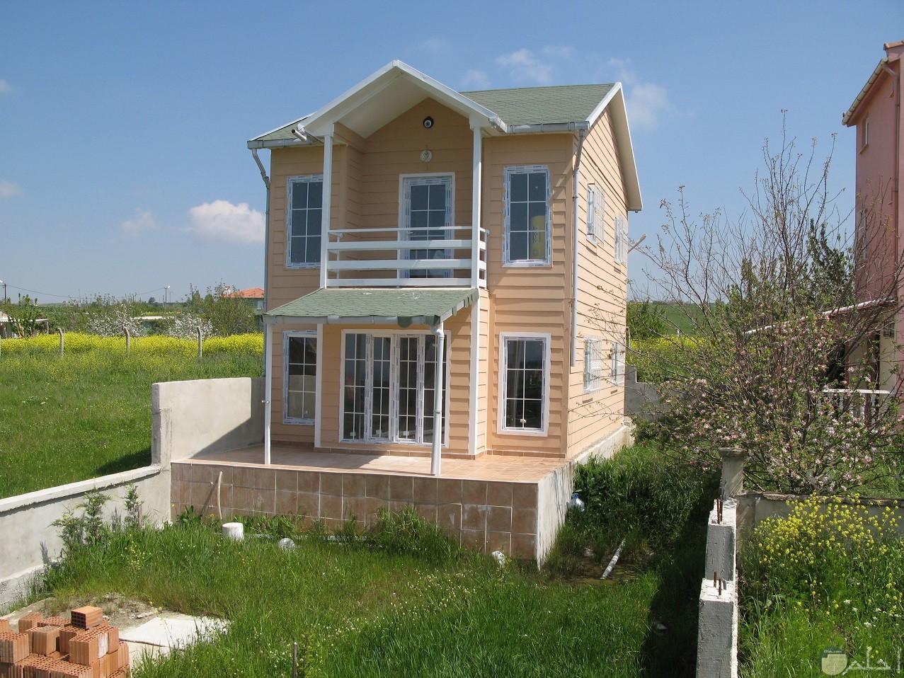 منزل جميل وسط الخضرة.