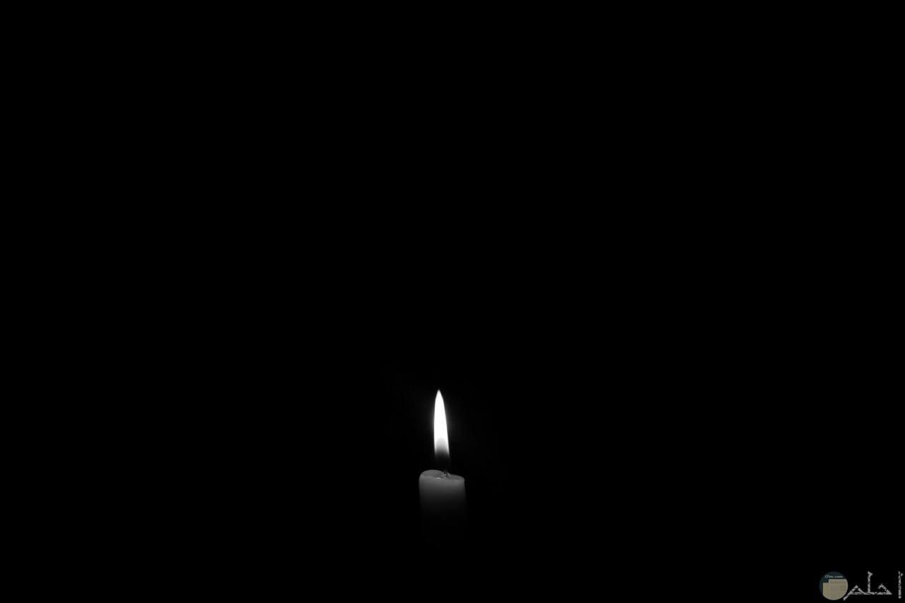 شمعة مضيئة في الظلام.