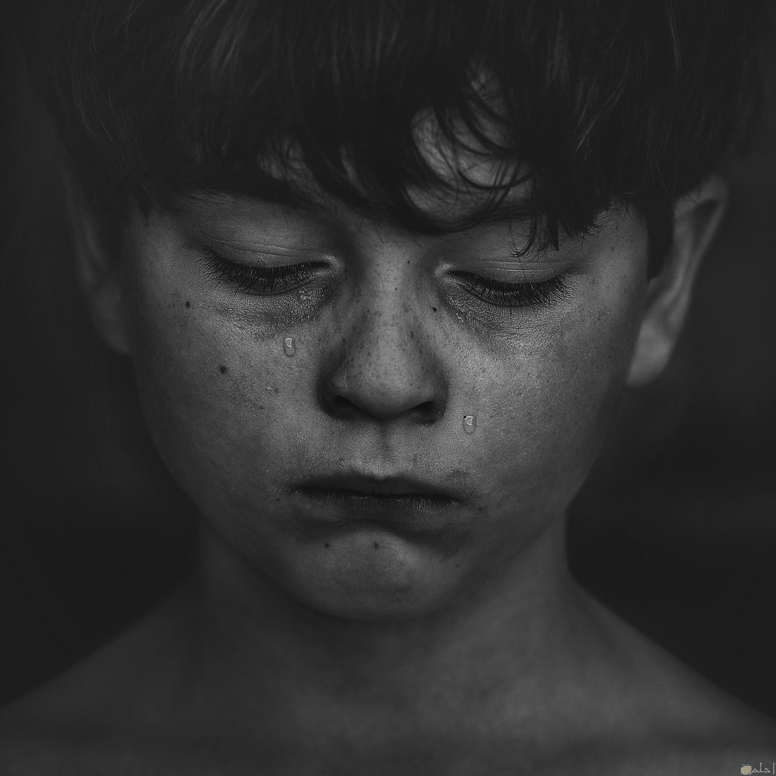 شاب صغير تملكه الحزن.