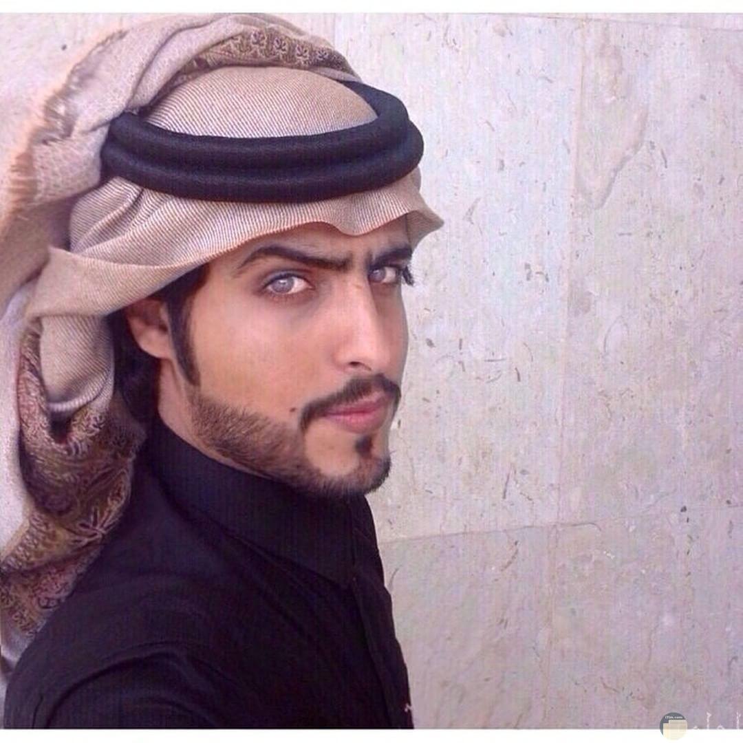 شاب وسيم بزي خليجي عربي.