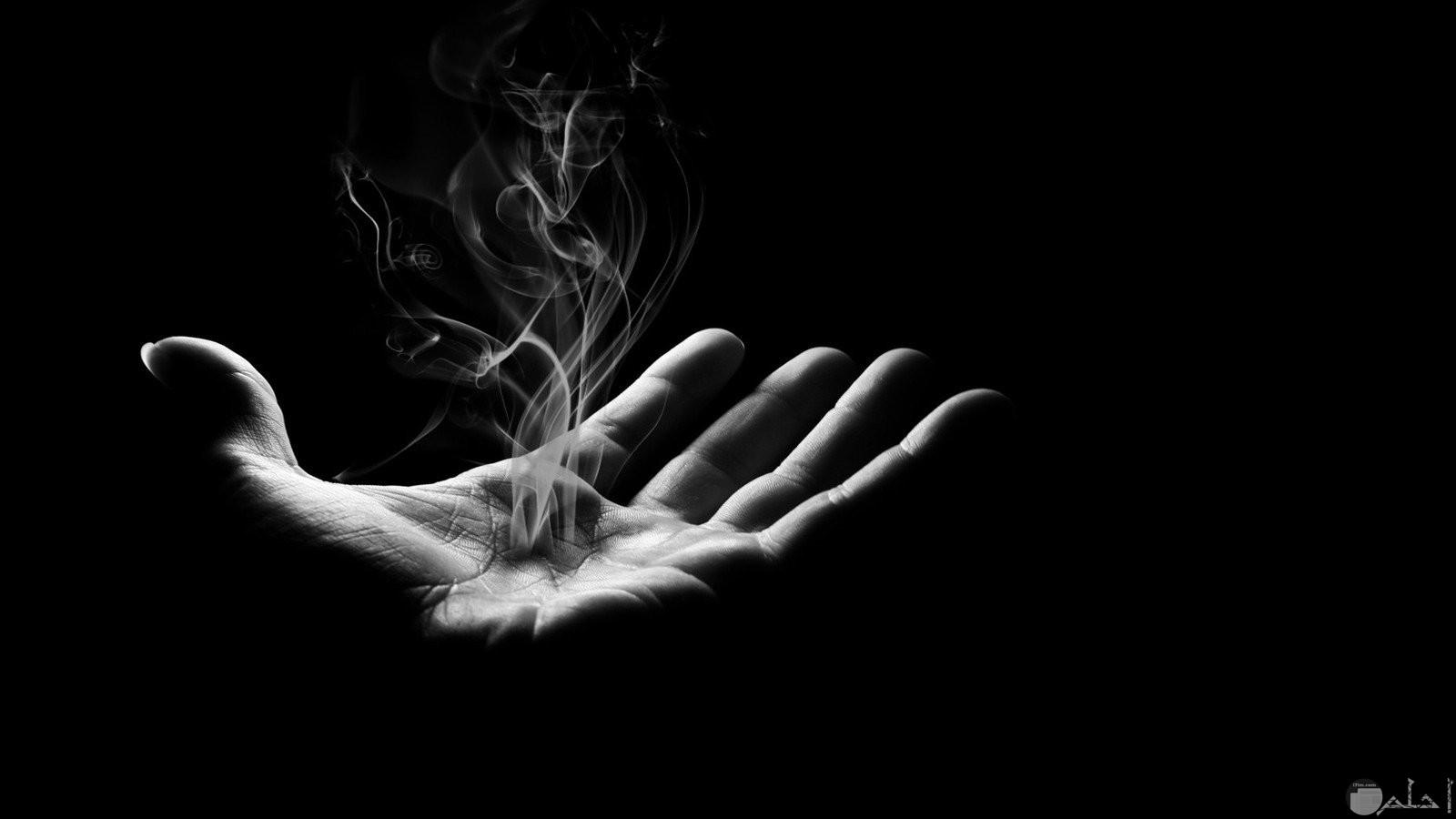 يد يخرج منها دخان.