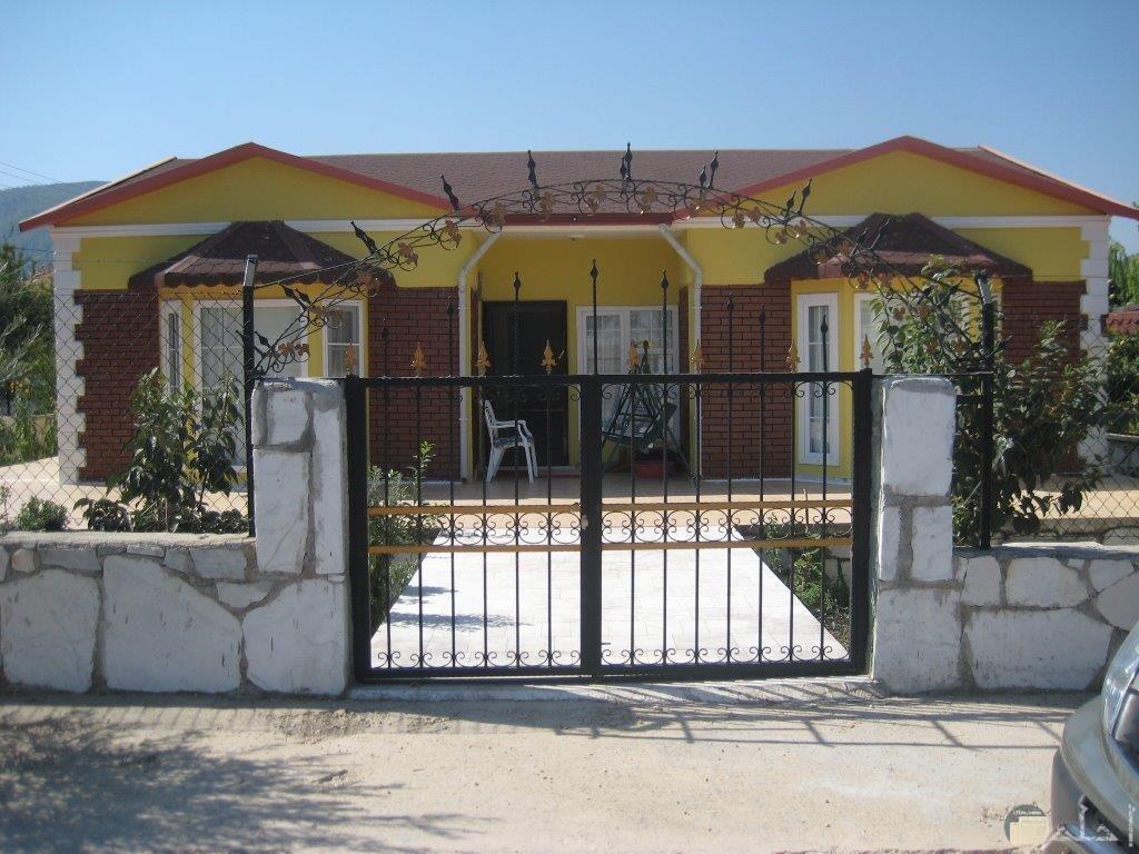 منزل ببوابة متسعة.