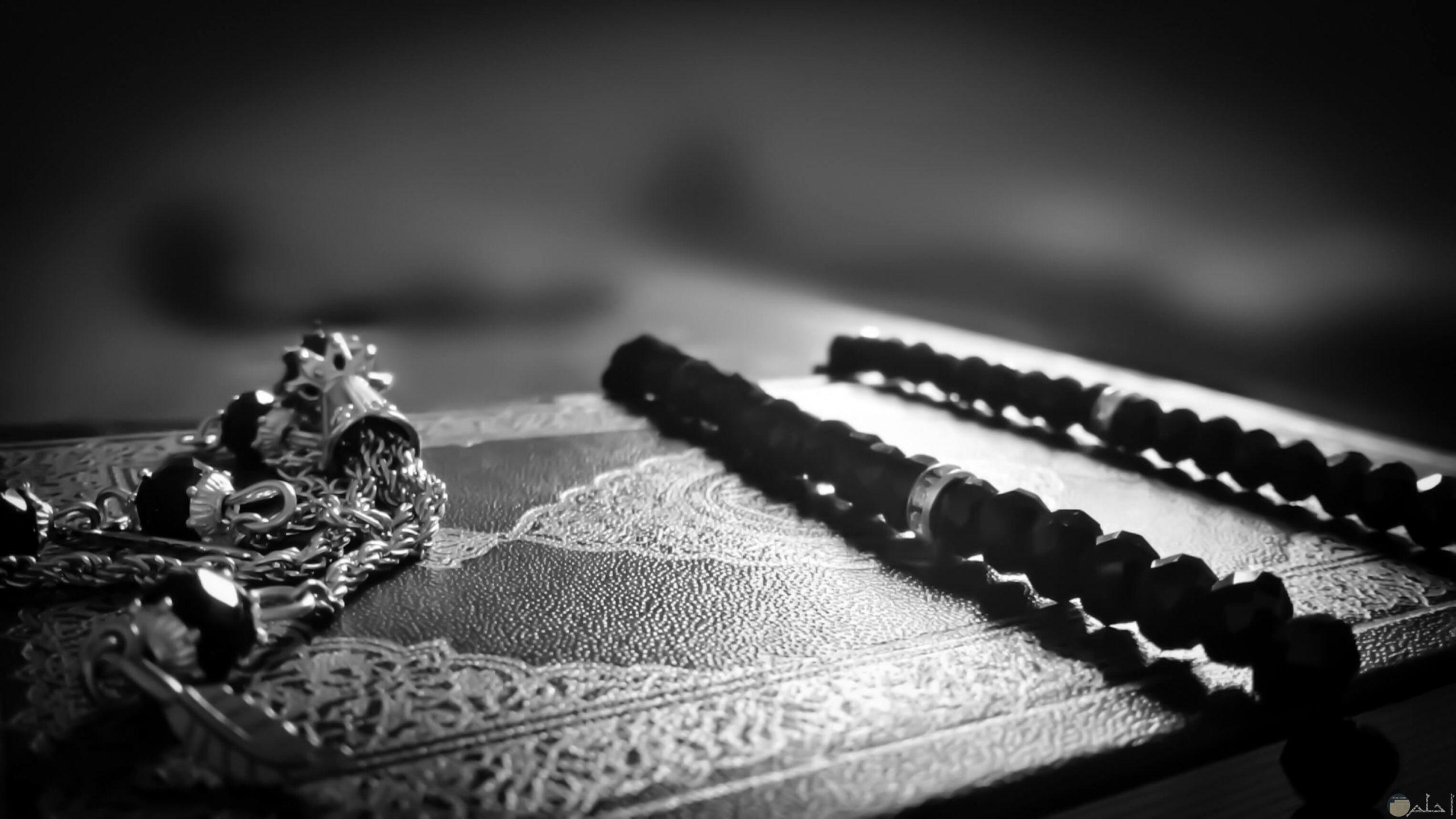 خلفية ابيض و اسود اسلامية للمصحف و السبحة.