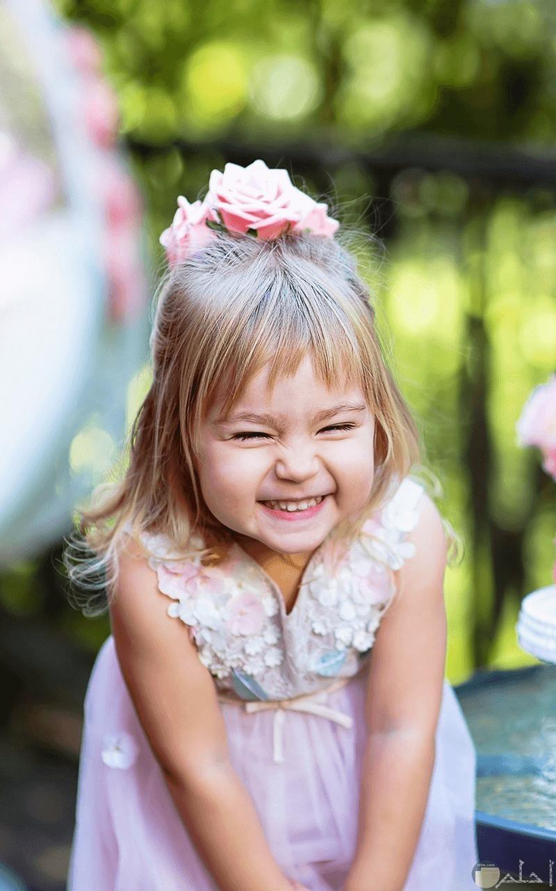 بنت صغيرة تضحك.