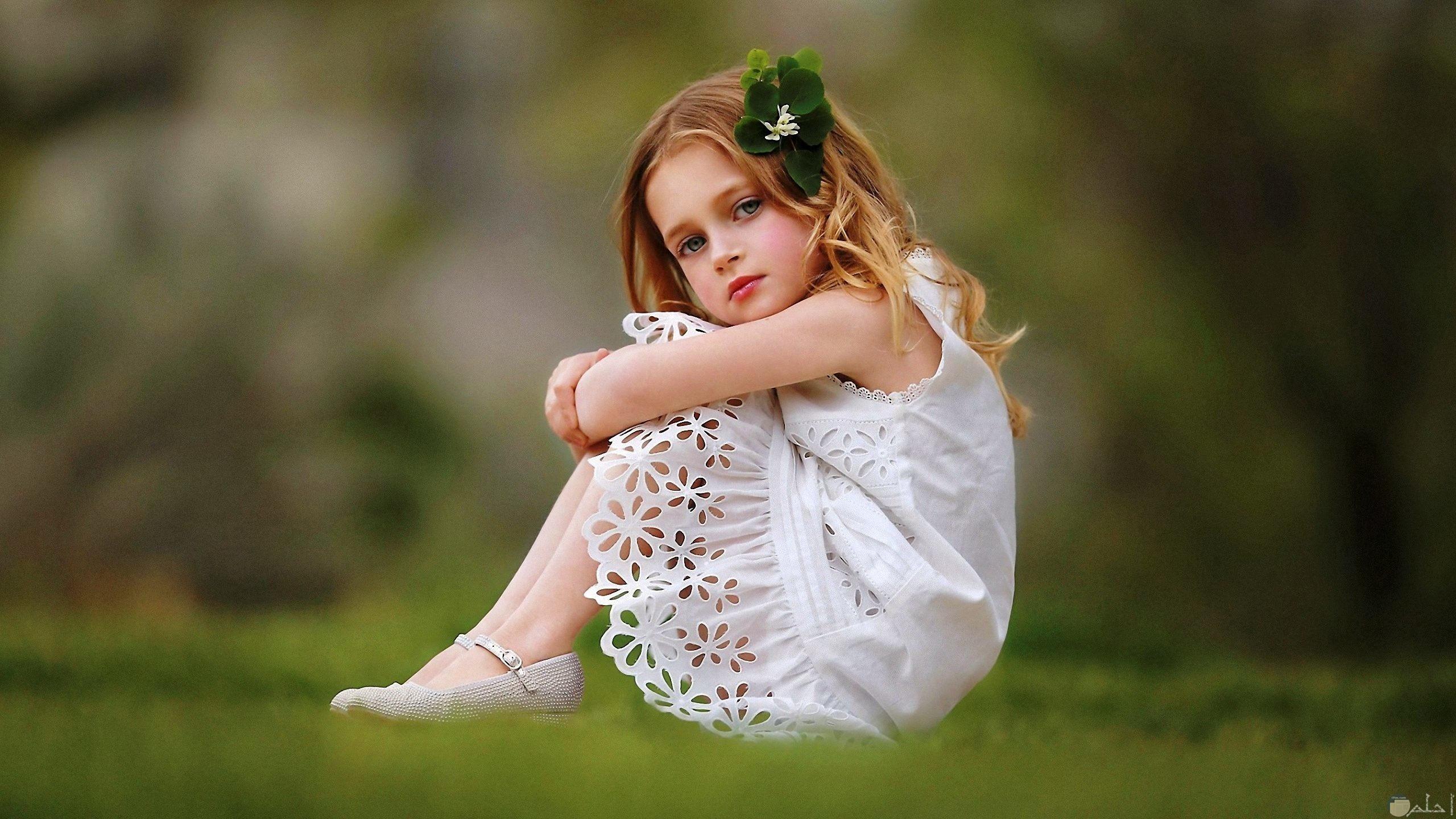 بنت بفستان أبيض جميل.