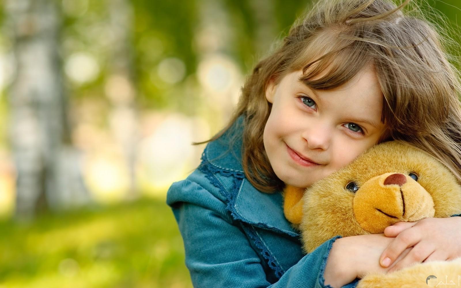 بنت مع دب بني كيوت.