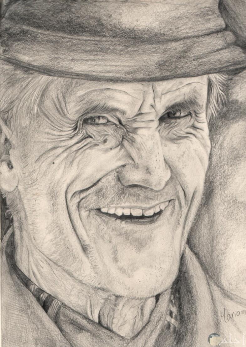 رسم بالفحم لرجل مبتسم.
