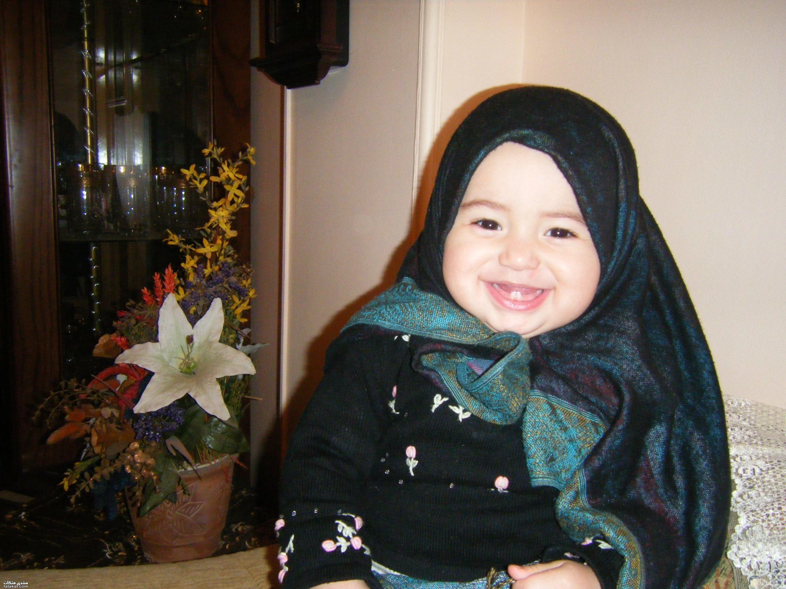 طفلة جميلة ترتدى الحجاب وتبتسم