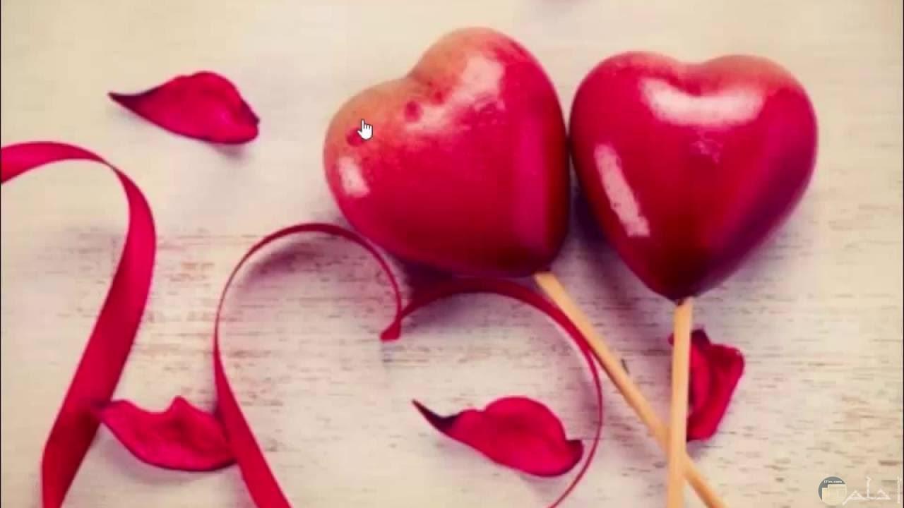 صورة جميلة بها قلبين لونهم احمر