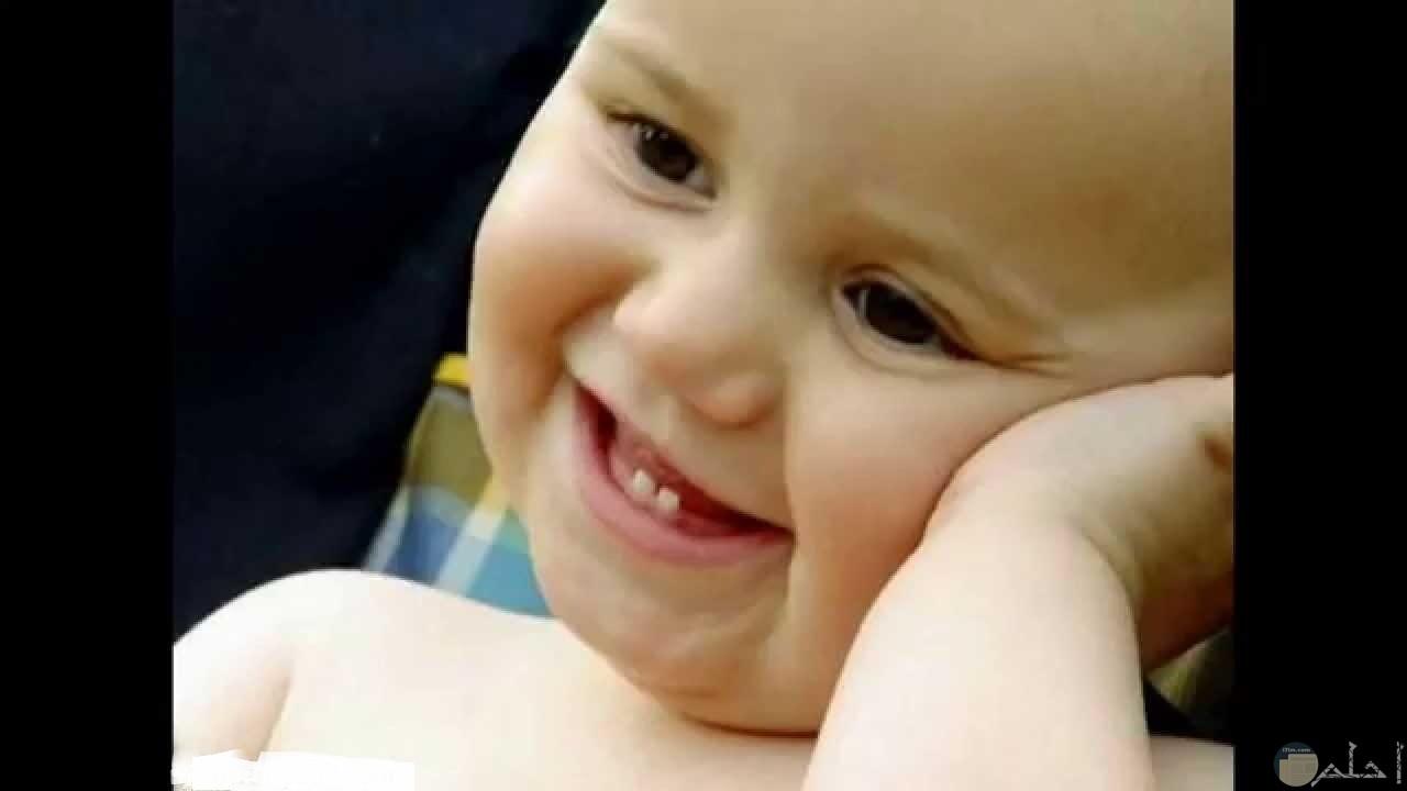 صورة طفل يضحك.
