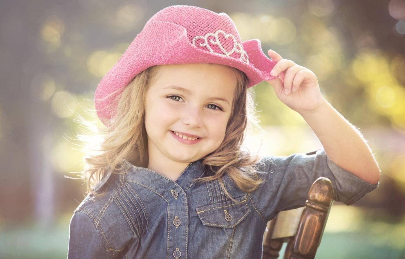 صورة بنت صغيرة تضحك.