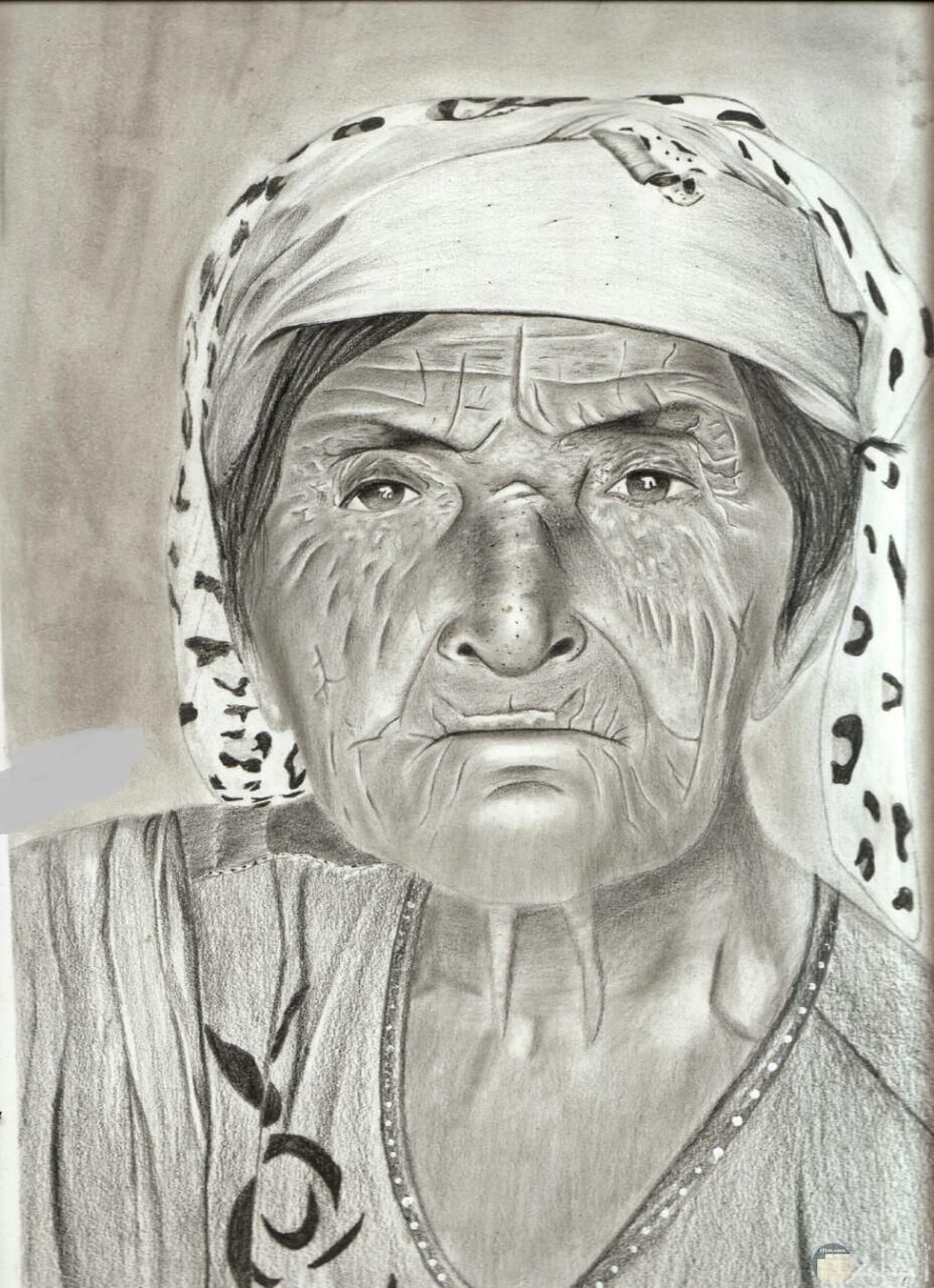 رسم سيدة عجوز بالفحم.